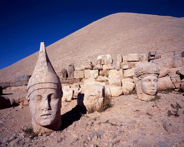 ネムルト・ダーの巨大墳墓の画像2
