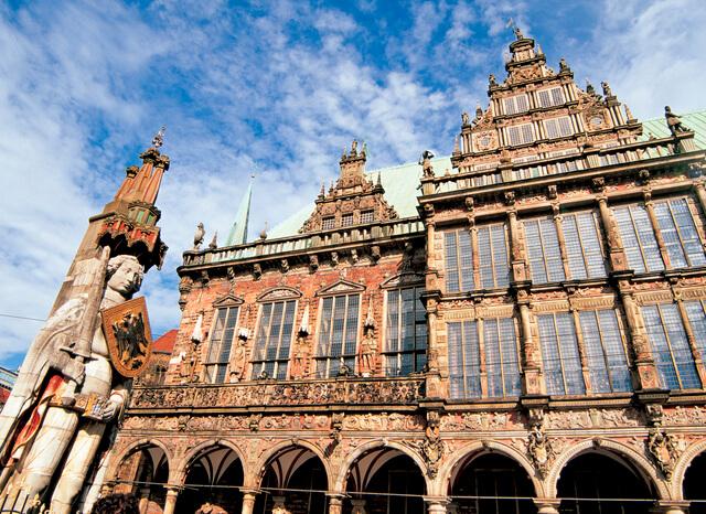 ブレーメンのマルクト広場の市庁舎とローラント像の画像1