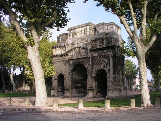 オランジュの凱旋門、ローマ劇場とその周辺