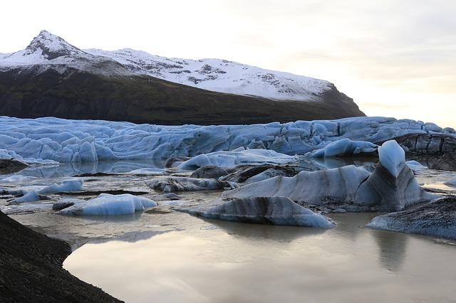 ヴァトナヨークトル国立公園-炎と氷のダイナミックな自然の画像1