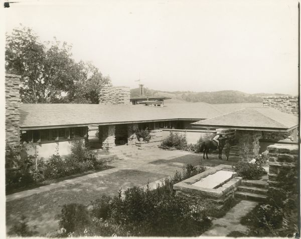 https://upload.si-p.net/img/1565606879_Taliesin_I_courtyard.jpg