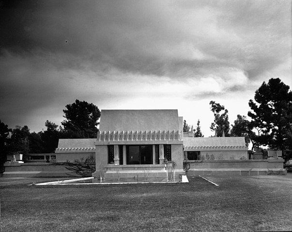 https://upload.si-p.net/img/1565607667_Exterior_view_of_the_Hollyhock_House,_Los_Angeles,_1921_(shulman-1997-JS-223-ISLA).jpg